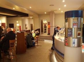 En kaffebar, der også er billetkontor, hvor man kan købe billet til biograf og teater (set i Hamborg)